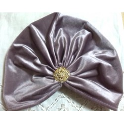 Turbante terciopelo color lila y broche joya