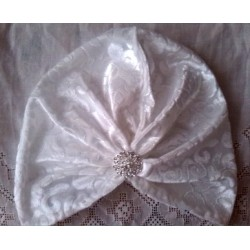 Turbante en tela de punto damasco blanco con broche joya